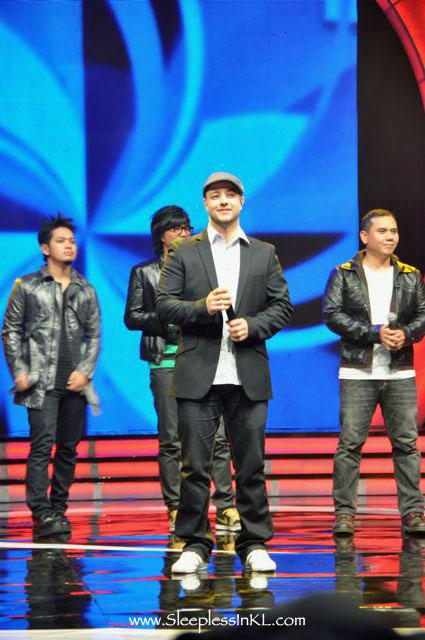 Maher Zain performing with lead singers from Padi, Vageton, Sheila On 7, HijauDaun